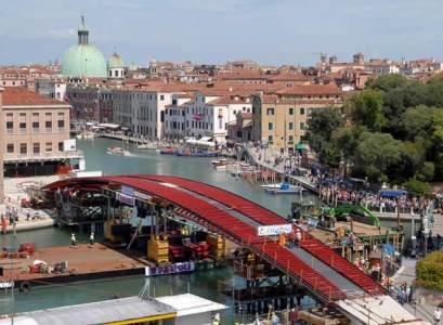 Arco central del puente de Calatrava en Venecia