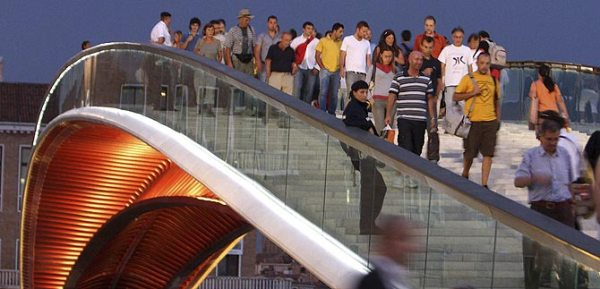 Visitantes sobre el Puente