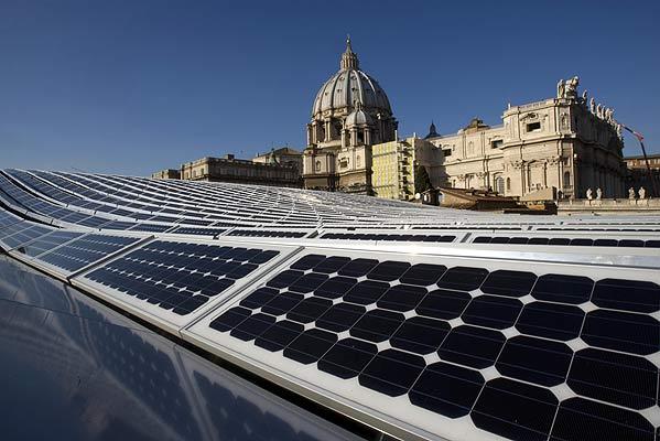 Paneles solares cerca de la Basilica de San Pedro del Vaticano