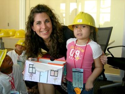 Ileana Schinder junto a Libby, una de las niñas participantes