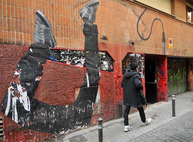 Posgrafitti realizado en Madrid por la pareja artistica Trabajos en la Calle.