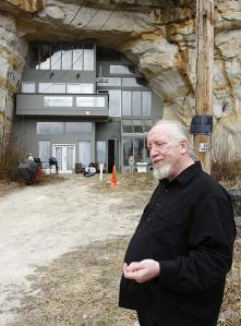 William Curt Sleeper delante su casa-cueva