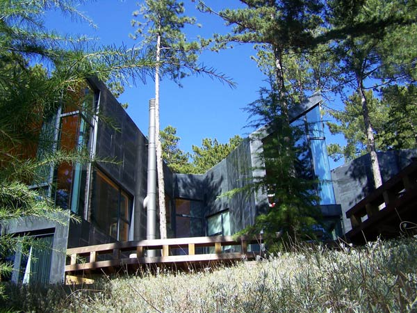 La Casa Levene se esconde entre los pinos de las faldas del Monte Abantos. | J. F. L.