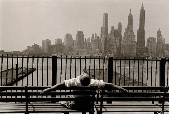 Manhattan desde el Paseo, Brooklyn, Nueva York'. 1954. Louis Stettner
