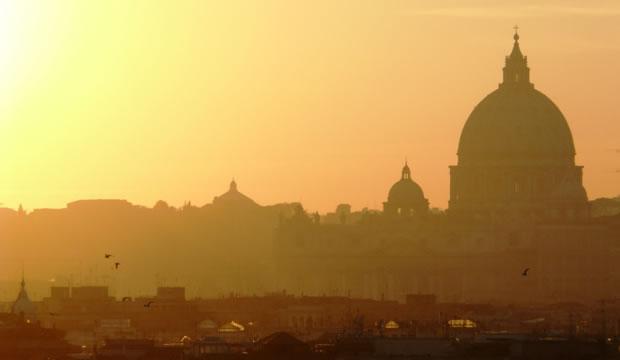 La luz del atardecer baña el centro de Roma, dominado por el perfil de la cúpula de San Pedro