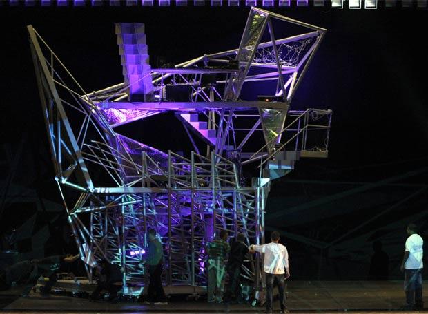 Montaje de la escenografía del espectáculo Nearly Ninety, concebido en el estudio de la arquitecta Benedetta Tagliabue.