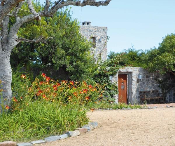 Los muros que se pierden en el monte más la puerta de la antigua cárcel de Montevideo