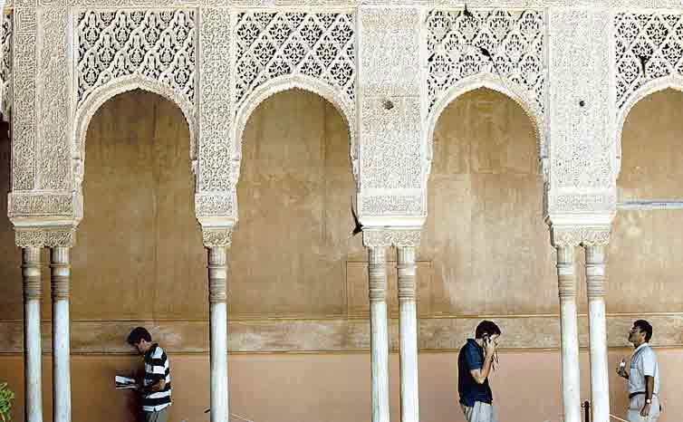 La Alhambra muestra en sus paredes más de 10.000 inscripciones en árabe.
