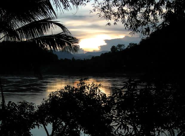 El sol se pone en Luang Prabang, Laos.