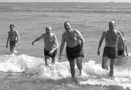 1966, Fraga y el embajador americano probaron el agua de Palomares.   Foto:  Efe