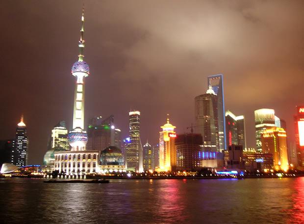 Vista nocturna de Pudong, el distrito financiero de Shanghai, desde el paseo de el Bund