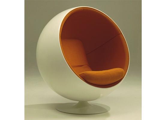 La Silla Ball fue una de los primeros muebles en utilizar la fibra de vidrio como material principal