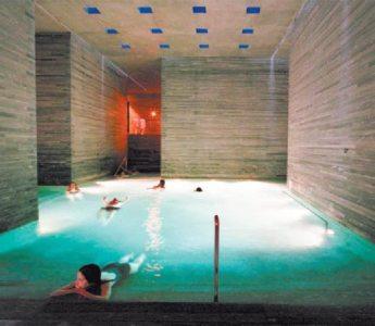 Gneis. Los baños termales se construyeron con una piedra similar a la mica, cortada en bandas.