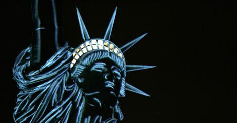 La corona de la estatua, iluminada durante la noche.   Afp
