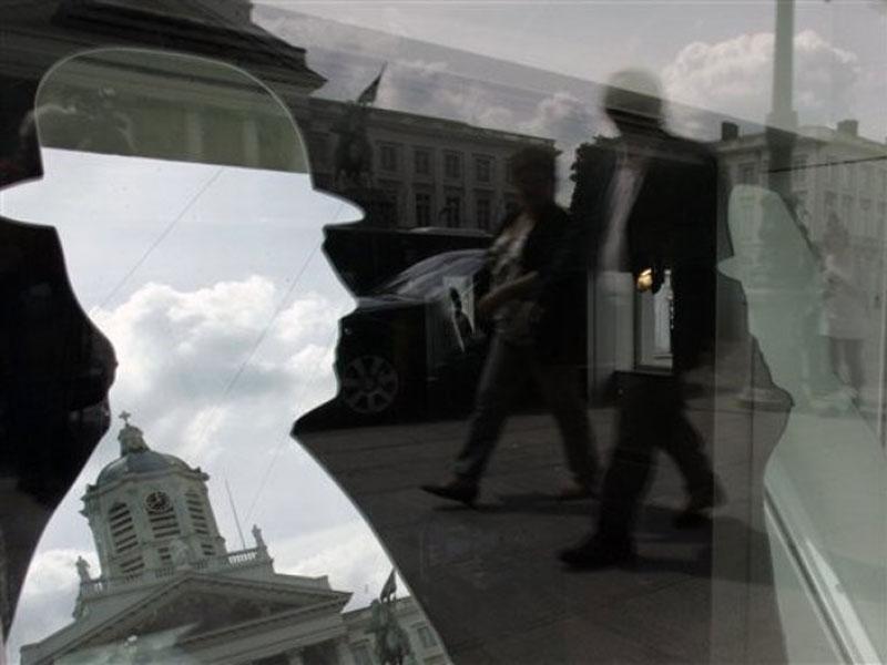 Con sus 2.500 metros cuadrados distribuidos en cinco pisos, el exterior del Museo Magritte evoca elementos de su pintura