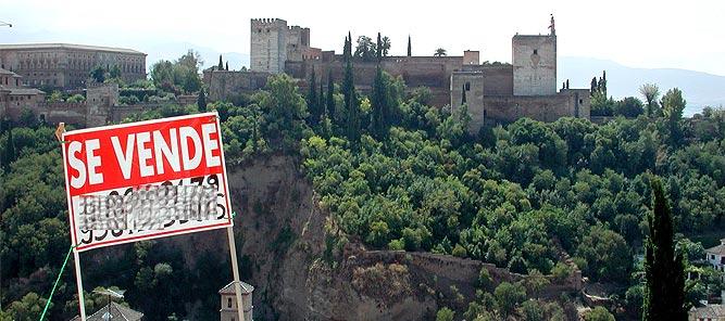 Cartel de 'Se Vende' delante del mirador de San Nicolás, en el barrio del Albayzín, en el año 2003. | EFE