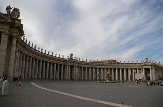 """LA ENTRADA A SAN PEDRO. Bernini diseñó el pórtico con la idea de """"modelar toda la ciudad de Roma con sus manos, como si fuese una inmensa escultura""""."""