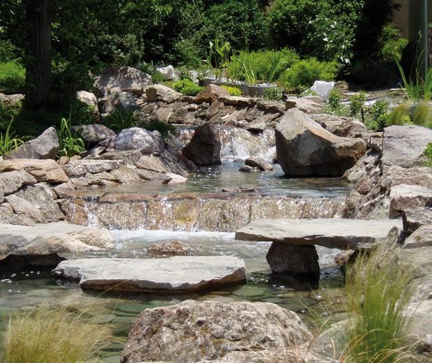 El requerimiento para esta casa fue crear un jardín de agua. Por temas ecológicos, el agua de este arroyo cuentan con un sistema de retorno permanente.