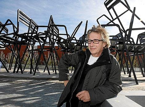 El artista valenciano Javier Mariscal, junto a su obras creada para un hospital de Valladolid. | JM Lostau