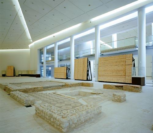 Amplitud. El diseño asimétrico de las salas y los cielorrasos optimiza las superficies expositivas.