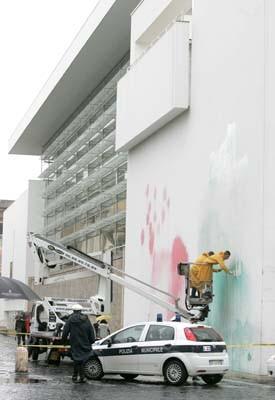 Museo en Roma, de Richard Meier, manchado con los colored de la bandera italiana . Foto:AP