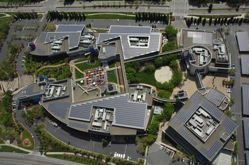 Una vista aérea de los paneles solares que instaló Google en los techos de su sede en California