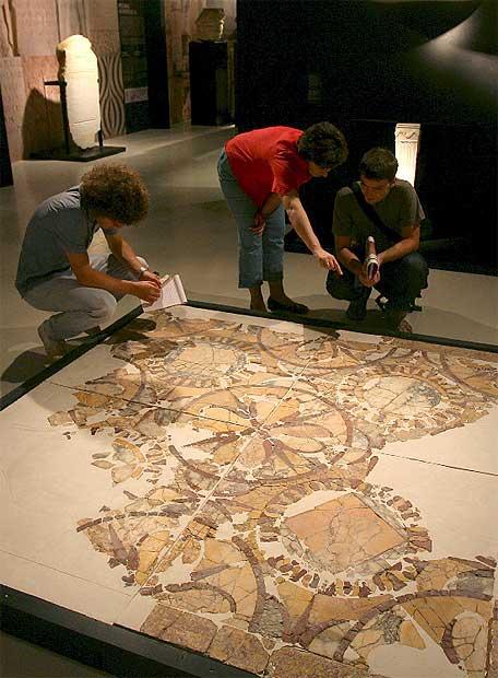 Varios fragmentos de un mosaico expuestos en la muestra 'Tarraco Pedra a Pedra'