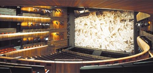 Telón digital, de la artista Pae White, con imágenes de papel de aluminio que reflejan el auditorio.