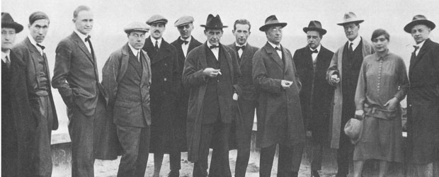 Artquitectos de la Bauhaus:  De izquierda a derecha, Josef Albers, Hinnerk Scheper, George Muche, László Moholy- Nagy, Herbert Bayer, Joost Schmidt, Walter Gropius, Marcel Breuer, Wassily Kandinsky, Paul Klee, Lyonel Feininger, Gunta Stölzl y Oskar Schlemmer, en 1926.
