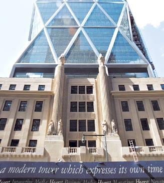 Convivencia:  La típica grilla de triángulos de Foster, emerge del Edificio histórico de la Corporación Hearst.
