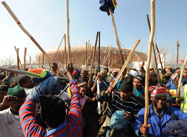 Los obreros protestan delante del estadio de Soweto