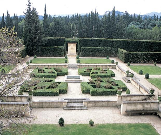 Frente a la casa, un jardín formal ligado a la arquitectura renacentista