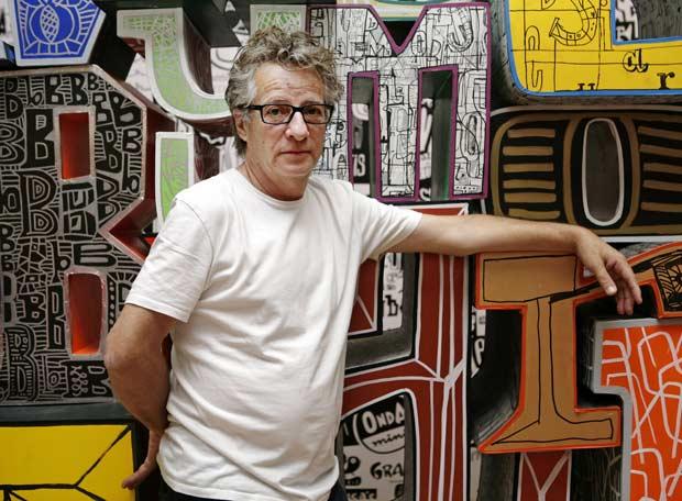Javier Mariscal posa en la exposición sobre su obra en el Design Museum de Londres.