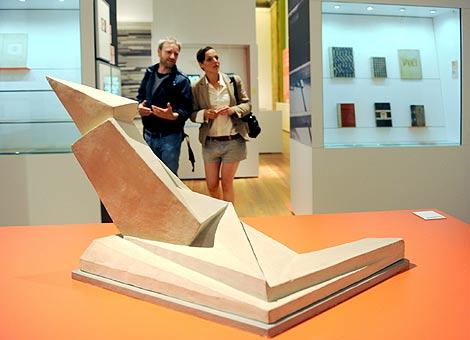Una pareja pasea por la exposición en el museo Martin Gropius. | Efe