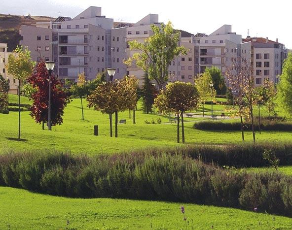 Viviendas coronadas por placas solares en la 'eco-ciudad' de Sarriguren.