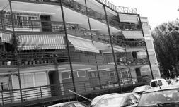 Los edificios del barrio de Almendrales se protegen con rejas hasta más de la tercera plant