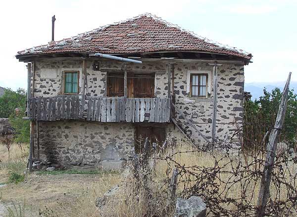 Una de estas viviendas abandonadas. (Foto: EFE)