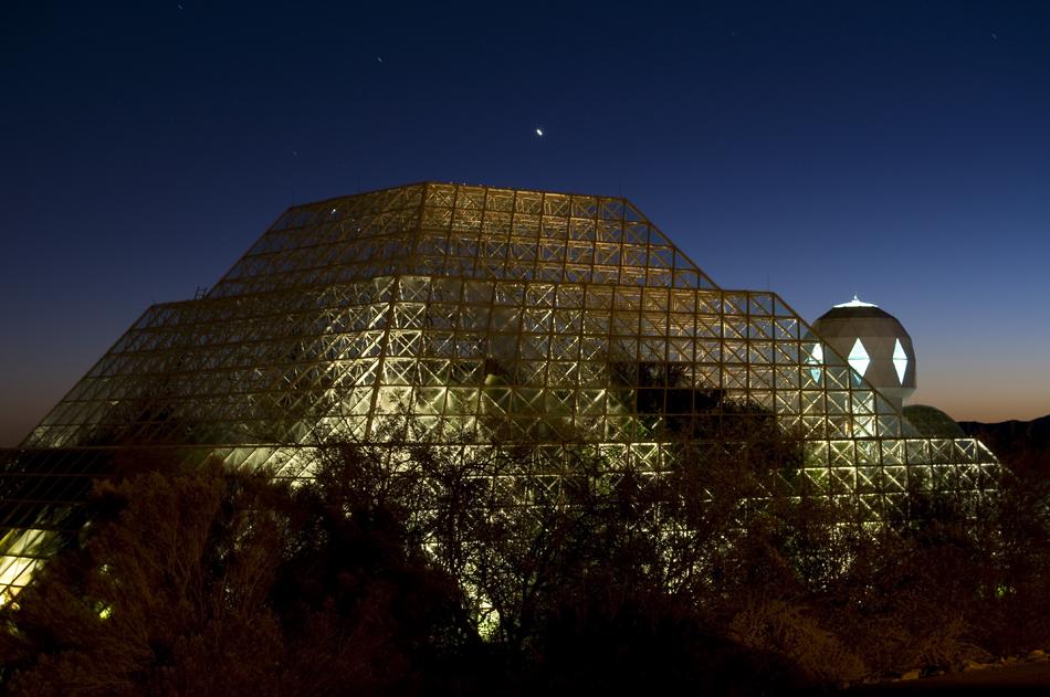Biosphere 2, instalaciones al anochecer