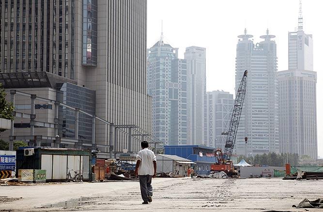 Vista de una construcción del distrito financiero de Pudong, en Shanghai.   EFE