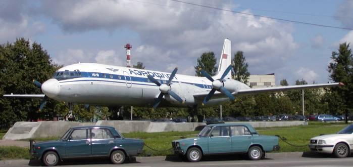 Ilyushin Il-18 de la compañía Aeroflot situado como exposición en el Aeropuerto de Moscú-Sheremetyevo.