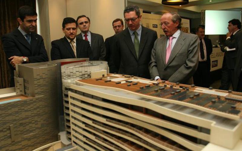 El proyecto, denominado 'Castellana 200', fue presentado en noviembre de 2006 por parte de Santamaría, en un acto al que asistió el alcalde de Madrid, Alberto Ruiz-Gallardón.