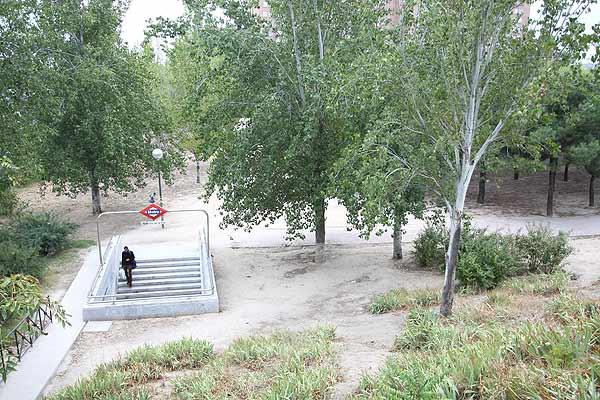 Entrada a la estación del metro Avenida de la Paz, en Madrid. (Imagen: JORGE PARÍS)