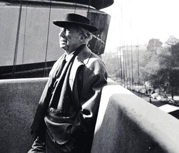 Frank Lloyd Wright en la terraza del Museo Guggenheim, que no llegó a ver terminado.