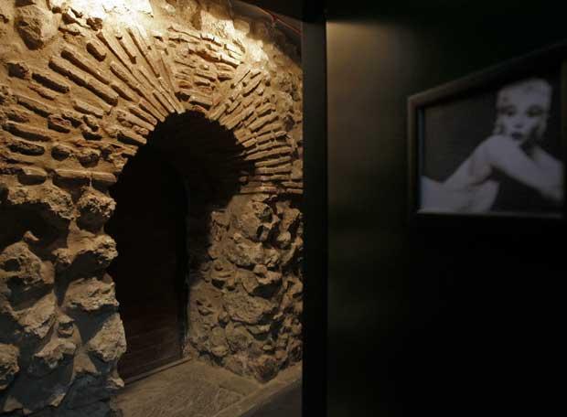 Lienzo y puerta de la muralla situado en el sótano de un restaurante de la plaza de la Ópera.