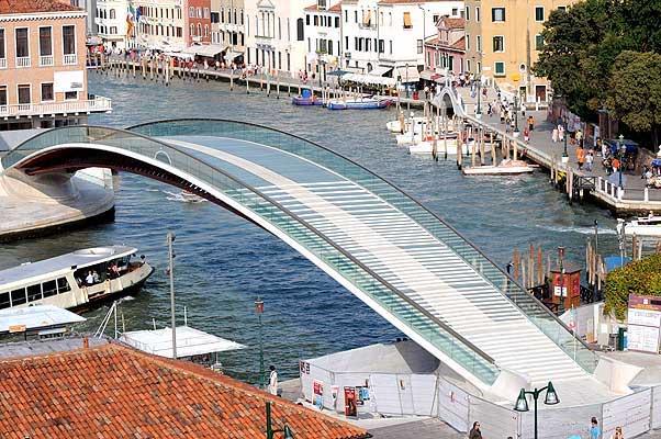 Puente sobre el Gran Canal, obra del arquitecto español Santiago Calatrava.