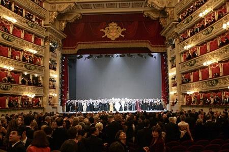 El interior del mítico Teatro de la Scala de Milán, durante una representación en 2004. | Ap