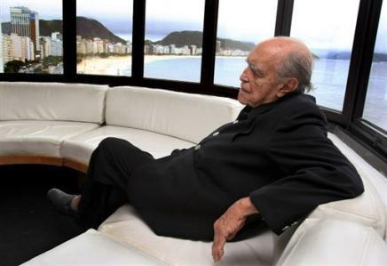 Niemeyer en su estudio de Copacabana, Río de Janeiro
