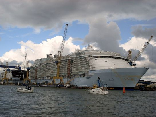 MS Oasis of the Seas y en el fondo, el MS Allure of the Seas, en construcción