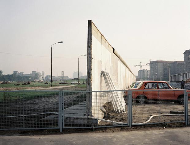 El muro estrangulaba, entre otras cosas, el crecimiento de ambas mitades de la ciudad. La frontera de Postdmaster Platz, fotografíada por Norbert Enker en 1990