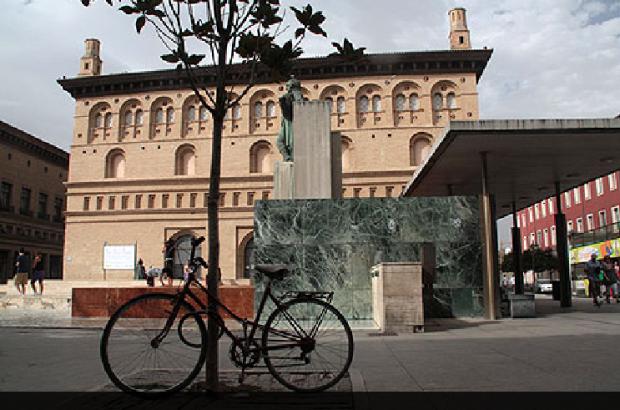 Bicicleta junto a la lonja de Zaragoza